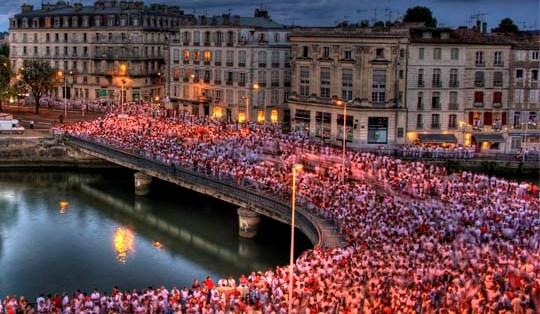 La-foule-en-rouge-et-blanc-lors-des-Fetes-de-Bayonne