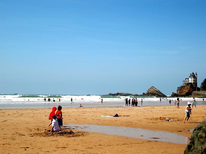 enfants à la plage de biarritz