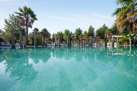 détente à la piscine du camping oyam