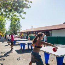parie de tennis de table entre copains au camping
